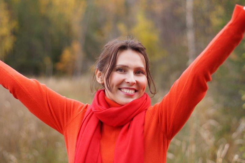 Pełna energii kobieta jesienią