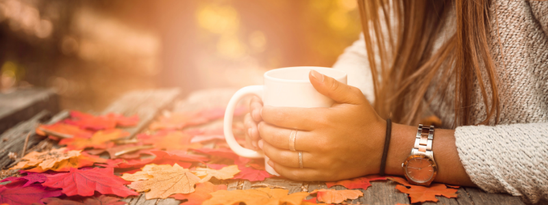Kubek herbata kobieta jesień