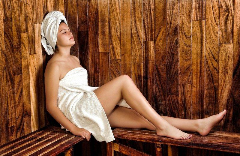 Kobieta odpoczywająca w saunie
